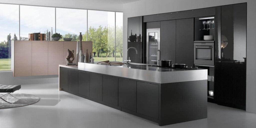 Une petite cuisine serait-elle belle avec des armoires noires ?
